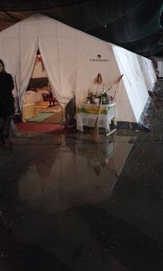 una delle tende allagate dopo la pioggia - Copia